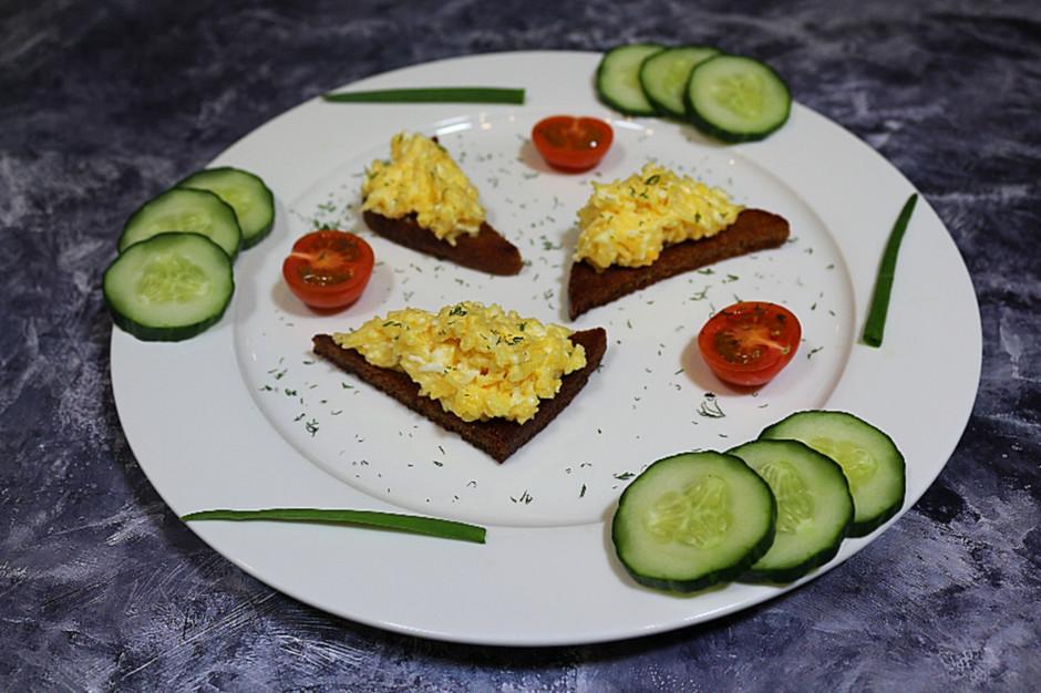 Еврейская закуска на жареном хлебе