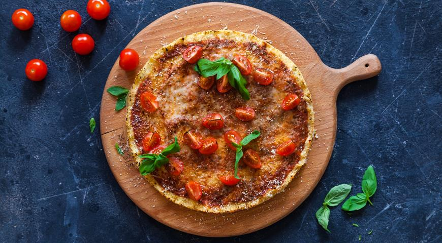 Пицца из цветной капусты с томатами и моцареллой