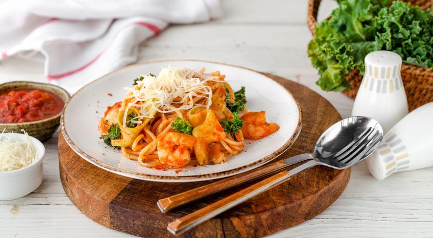 Спагетти с креветками, цукинни и соусом