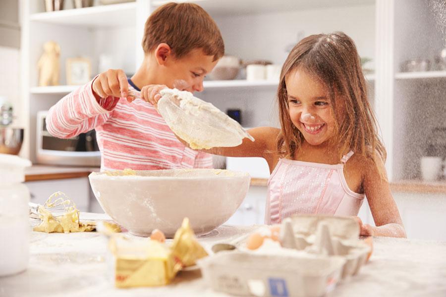 Как начинать учить ребенка готовить?