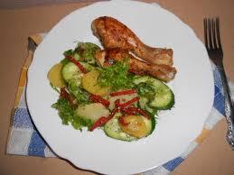 Картофельно-огуречный салат с хрустящей курочкой