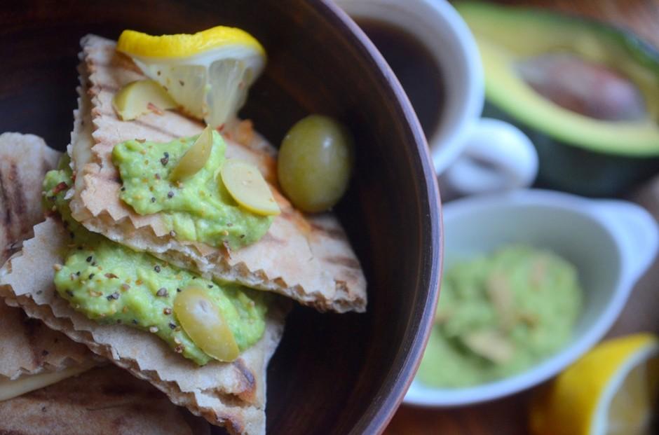 Пита с сыром и пюре из авокадо