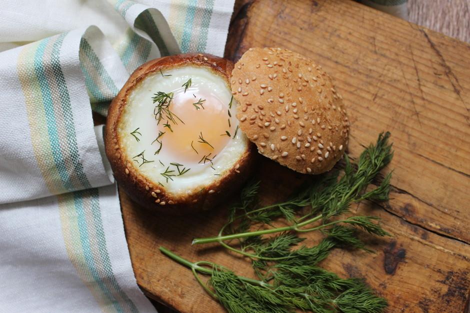 Закусочная булочка с яйцом