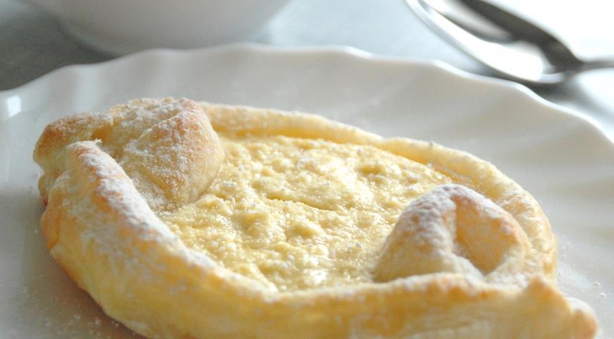 Ватрушки-лодочки с творожно-лимонной начинкой из готового слоеного дрожжевого теста