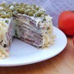 Печеночный торт с помидорами и огуречным соусом