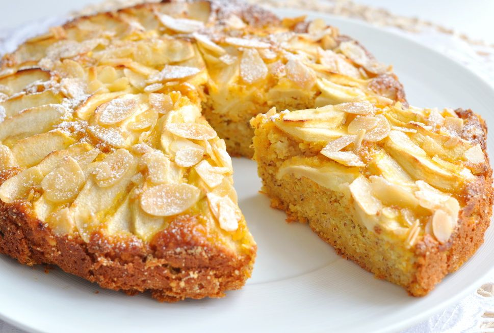 Легкий яблочный пирог с миндалем
