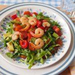 Экзотический салат с креветками и рукколой