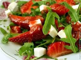 Салат из руколы с клубникой