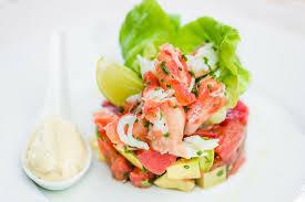 Салат с камчатским крабом, помидорами и авокадо