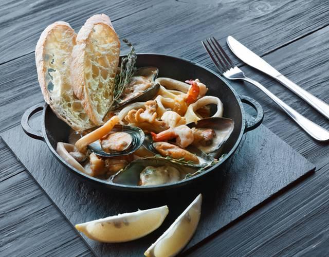 Морепродукты с баклажанами в сливочном соусе