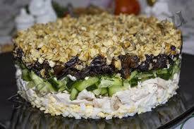 Салат из курицы со свежим огурцом и черносливом
