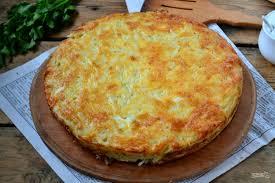 Пирог-запеканка из тертого картофеля с сыром и чесноком