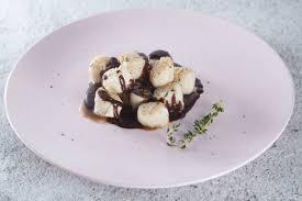 Гребешки с острым шоколадным соусом