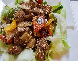 Салат с индейкой, сладким перцем и кунжутом