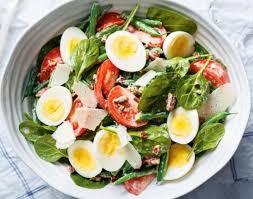 Салат с рукколой, стручковой фасолью, помидорами и яйцами