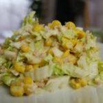Салат с капустой, тунцом и кукурузой