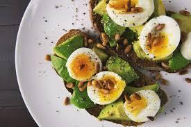 Тосты с оливковой пастой и перепелиными яйцами