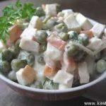 Салат из кальмаров с зеленым горошком