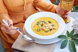 Тыквенный суп с креветками, кокосом и имбирем