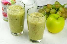 Смузи из авокадо, банана, яблока и винограда