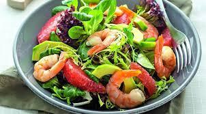 Салат из креветок с авокадо и листовым салатом