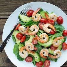 Салат со шпинатом, креветками и авокадо