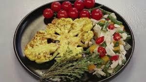 Стейк из цветной капусты с фасолью и томатами