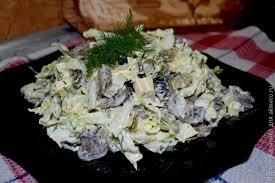 Салат из свежей капусты с жареными грибами