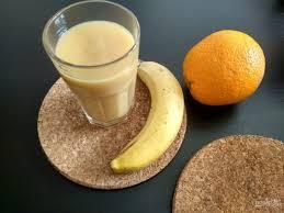 Смузи из банана, апельсина и вишни