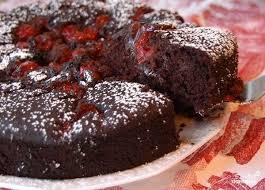 Шоколадно-медовый пирог с вишней