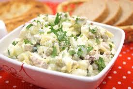 Салат с сыром, горошком и яйцами