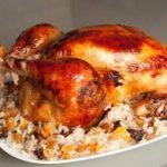 Курица, фаршированная рисом и сухофруктами, запеченная в апельсиново-медовой глазури