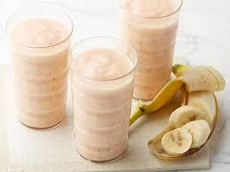 Персиковый смузи с бананом и йогуртом