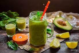 Витаминный смузи из авокадо и шпината