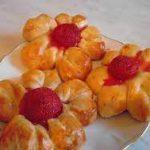 Булочки-цветочки с ягодой
