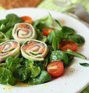 Рулетики из моцареллы с семгой на рукколе/полевом салате