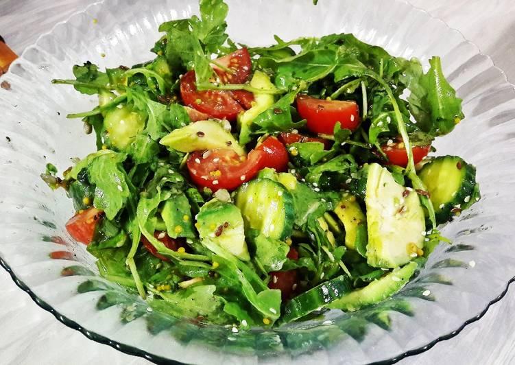 Салат с авокадо, манго и тыквенными семечками