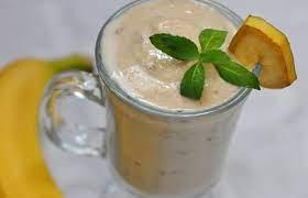 Банановый коктейль с печеньем и орехами