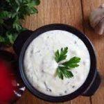 Кефирный соус с зеленью, чесноком и лимоном